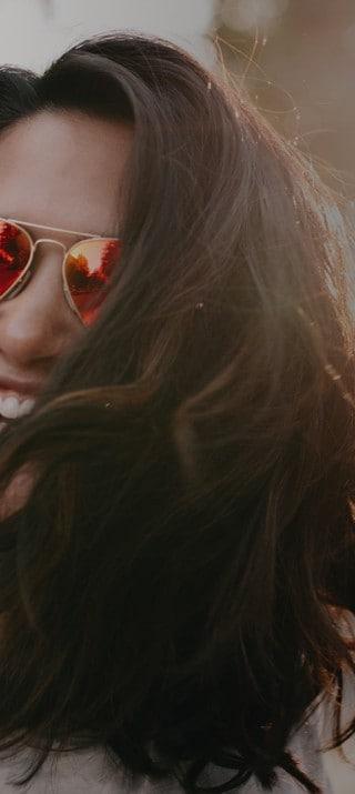Niña con gafas de sol en