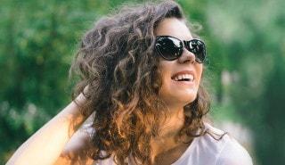 Mujer de pelo enrulado - productos para rulos