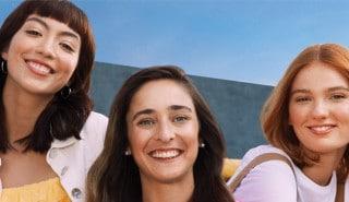 Tres amigas felices con pelos de diferente largo y volumen para la página de la línea Ceramidas de Sedal